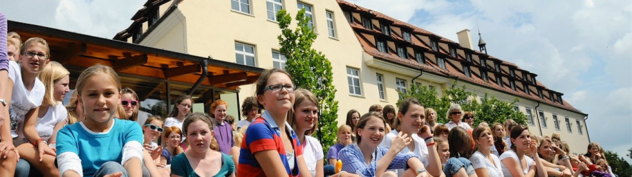 Students in front of Kloster Wald's building